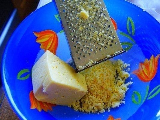 Приготовить сырные шарики чесноком